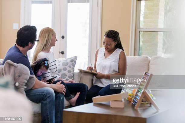 os pais adultos meados de bate-papo com o terapeuta após a terapia - assistente social - fotografias e filmes do acervo