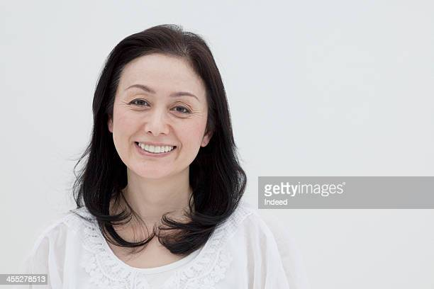 the middle-aged woman of a smiling face - zwart haar stockfoto's en -beelden