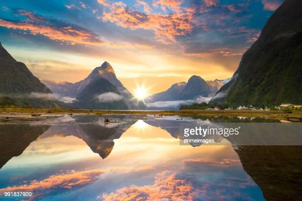 il fiordo del milford sound. parco nazionale di fiordland, nuova zelanda - parco nazionale foto e immagini stock
