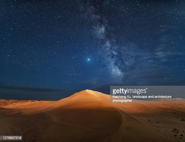the milky way and the desert, dunhuang, gansu province, china. - 甘粛省 ストックフォトと画像