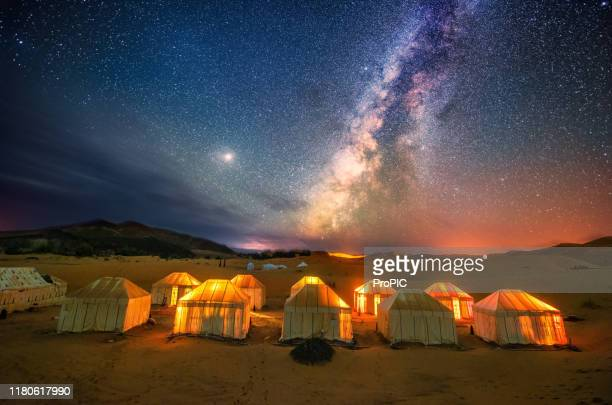 the milky way at the sahara desert  in morocco. - marruecos fotografías e imágenes de stock