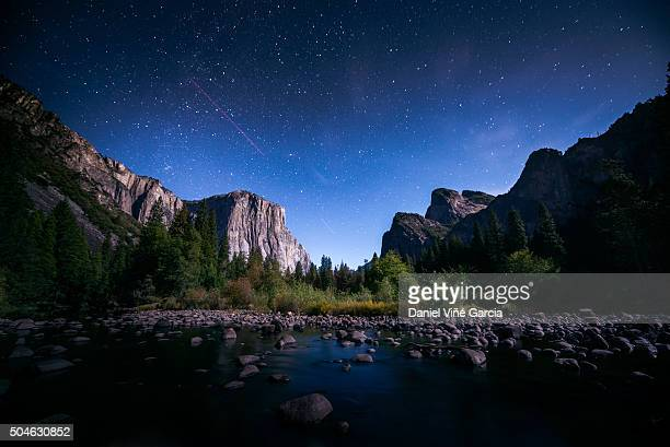 the milky way over el capitan and half dome mountain from merced river, yosemite national park, california, united states. - yosemite national park fotografías e imágenes de stock