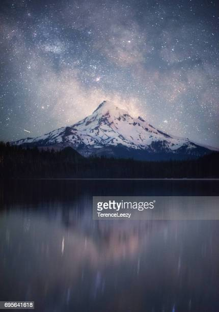 the milky way over lost lake with mount hood, oregon - mt hood stock pictures, royalty-free photos & images