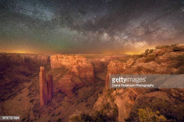 the milky way over spider rock overlook, canyon de chelly, arizona - canyon de chelly national monument stock pictures, royalty-free photos & images