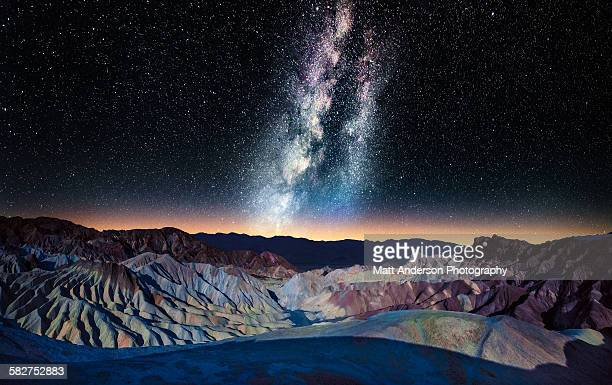 the milky way over zabriskie point, death valley - death valley photos et images de collection