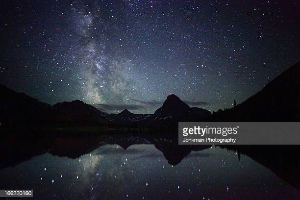 the milky way reflecting at glacier np - two medicine lake montana stock-fotos und bilder