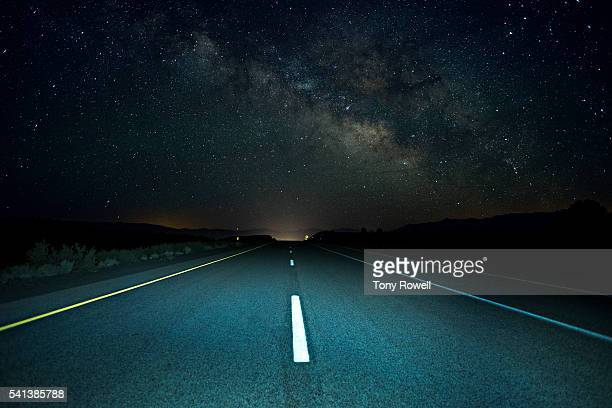 the milky way rises over a remote section of highway 395 in california's eastern sierra - route photos et images de collection