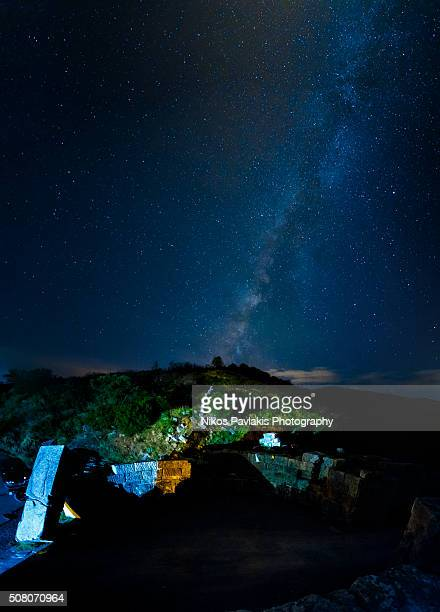 the milkyway with ancient greek ruins in the foreground - messenia fotografías e imágenes de stock