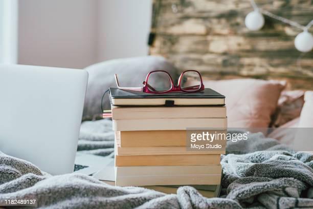 de geest kan nooit genoeg boeken krijgen - stapel stockfoto's en -beelden