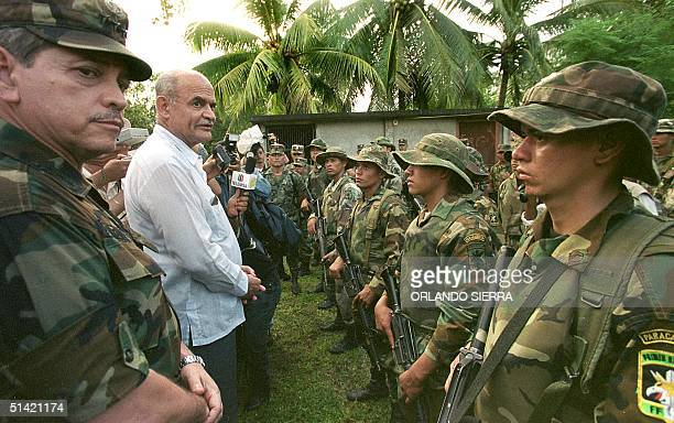 The minister of security of Honduras Guatama Fonseca talks with members of the Tarea Castilla Forces 28 October 2000 to help combat narcotic...