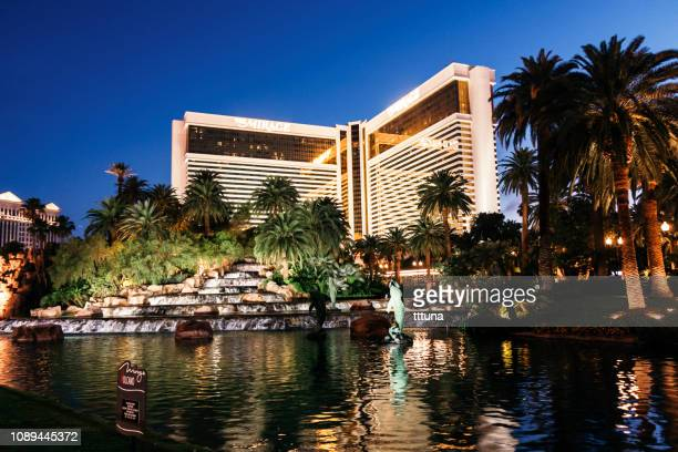 the mirage hotel las vegas night - the mirage las vegas stock pictures, royalty-free photos & images