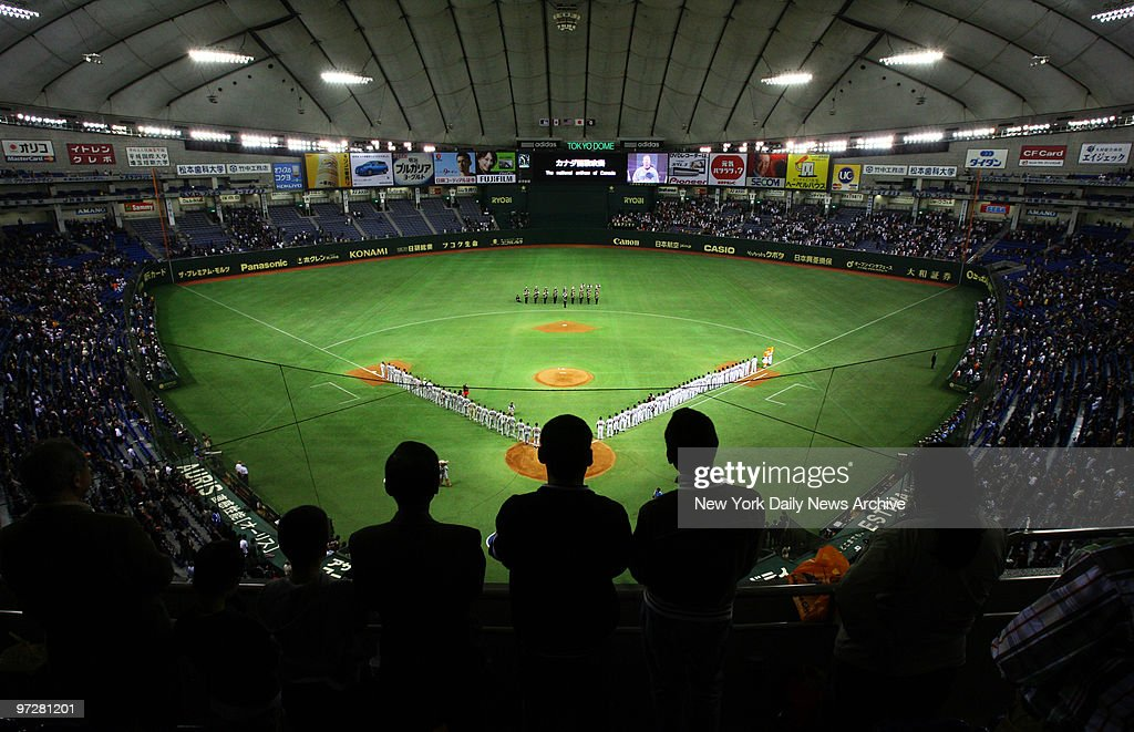 The MLB All-Stars and the Yomiuri Giants line up on the fiel : News Photo