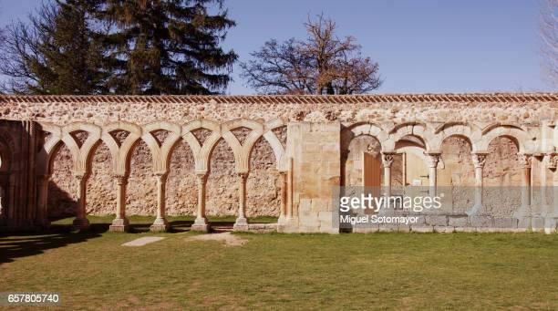 the monastery of san juan de duero - capitel fotografías e imágenes de stock