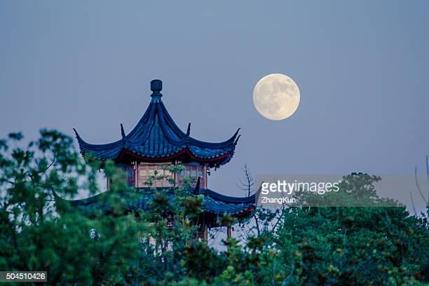 the moon and a pavilion - casa de jardim ou parque - fotografias e filmes do acervo