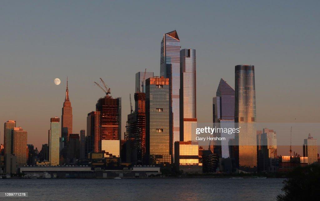Sunset Moonrise in New York City : News Photo