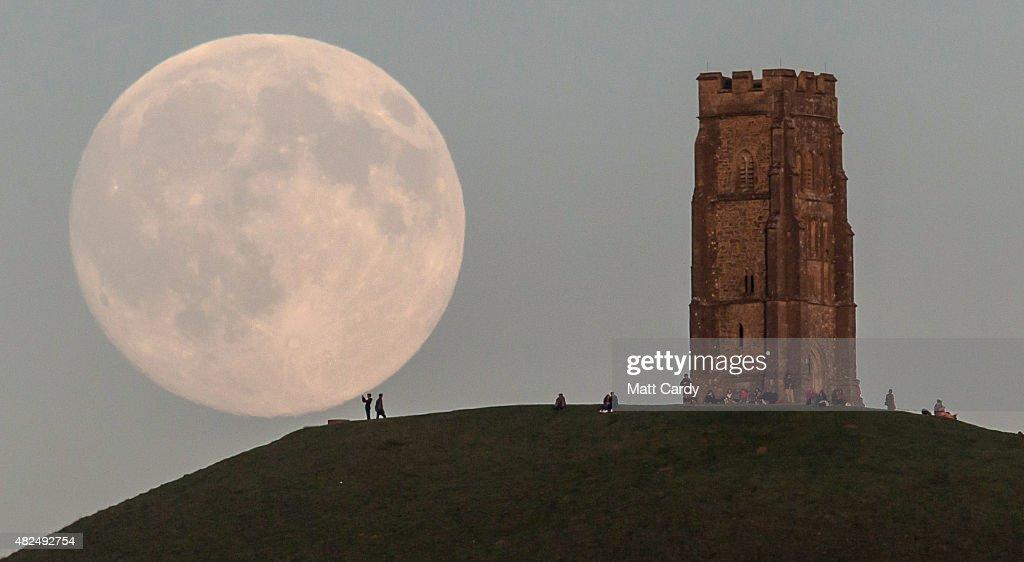 Blue Moon Rises Over Glastonbury Tor : Nachrichtenfoto