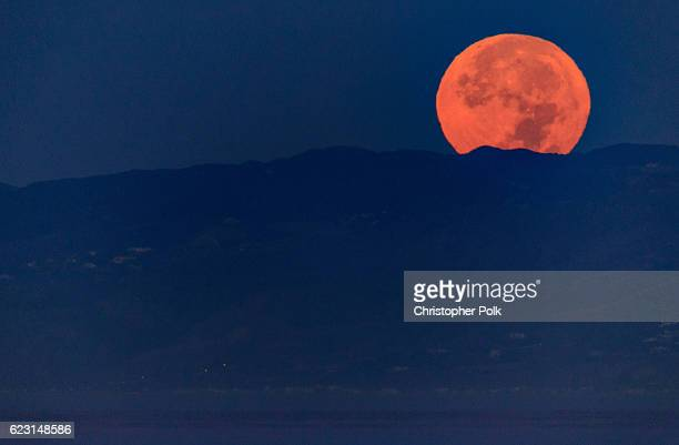 The moon sets during its closest orbit to the Earth since 1948 on November 14 2016 in Venice Beach California The socalled Supermoon appears up to 14...