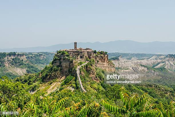 the most beautiful italian village: civita di bagnoregio and the bridge, a bird's eye view - civita di bagnoregio foto e immagini stock