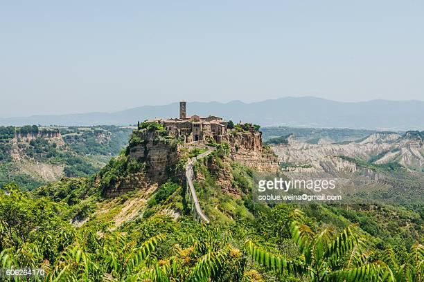 the most beautiful italian village: civita di bagnoregio and the bridge, a bird's eye view - civita di bagnoregio foto e immagini stock