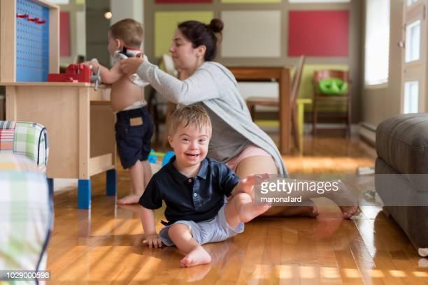 vestidos para la madre su hijo con síndrome de down - discapacidad intelectual fotografías e imágenes de stock