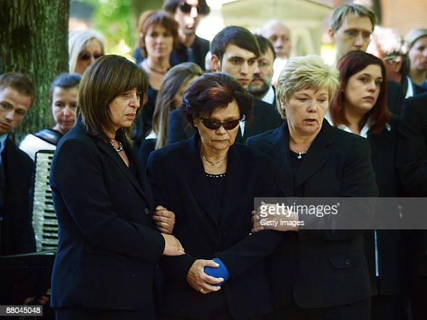 The mother Margot Rudnik and sisters Doris and Beate mourn during the funeral of German actress Barbara Rudnik at Nordfriedhof cemetery on May 29...