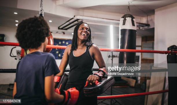 de moeder leert haar dochter boksen - vechtsport stockfoto's en -beelden