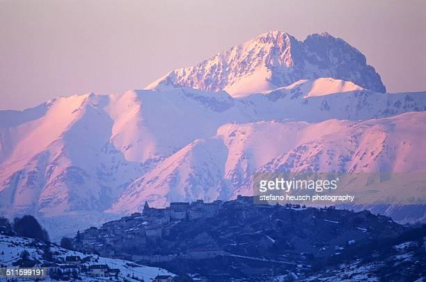 the mountain and the village - gran sasso d'italia foto e immagini stock