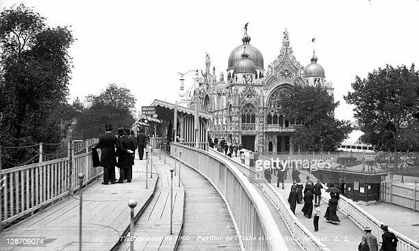 The moving walkway and the pavilion of Italy at the World Fair in Paris1900
