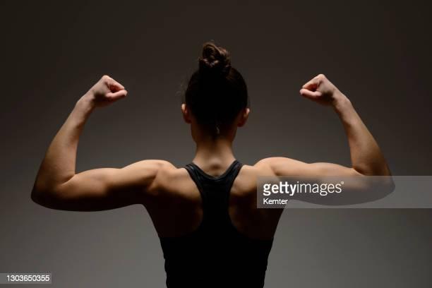 der muskulöse körper einer jungen frau - kemter stock-fotos und bilder