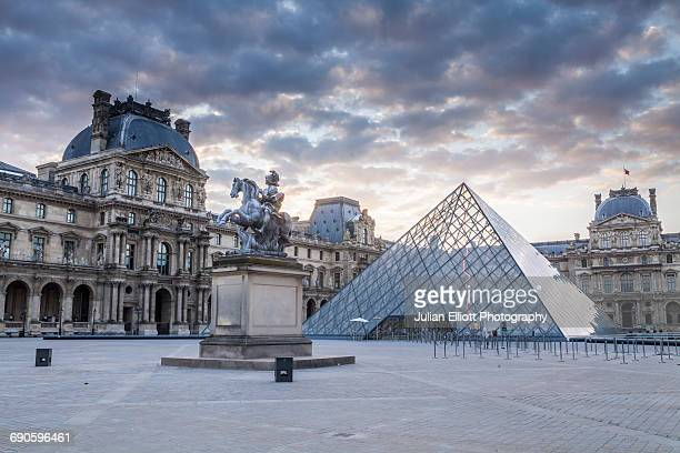 the musee du louvre in paris, france. - musee du louvre stock pictures, royalty-free photos & images