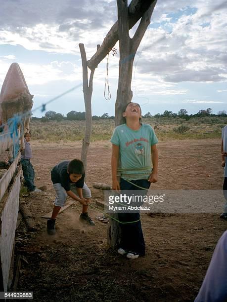 the navajo reservation - junge gefesselt stock-fotos und bilder