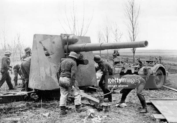 The Nazi propaganda picture shows members of the German Wehrmacht standing around a gun near Kharkov in 1943 Photo Berliner Verlag / Archive