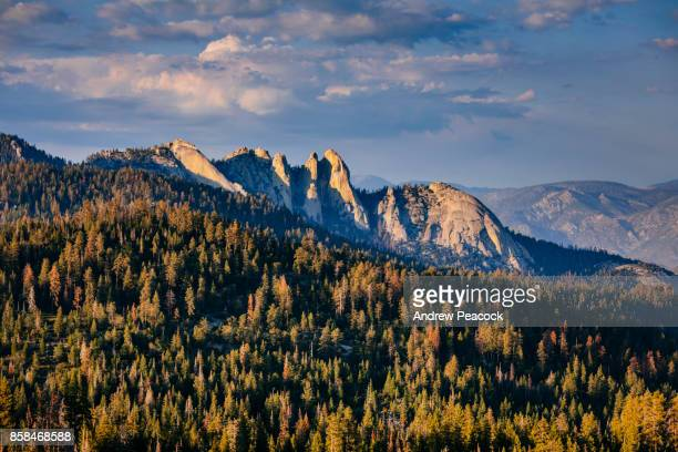 the needles are a stunning group of granite spires popular with rock climbers in the southern sierra nevada range in sequoia national forest - felsspitze stock-fotos und bilder