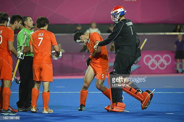The Netherlands' Marcel Balkestein inspect his thigh during the men's field hockey gold medal match Germany vs the Netherlands at the London 2012...