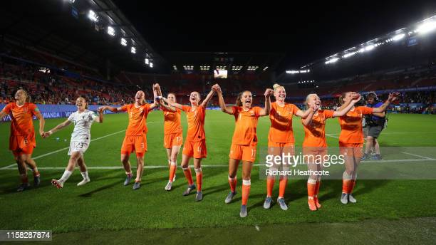 The Netherlands team celebrate victory after the 2019 FIFA Women's World Cup France Round Of 16 match between Netherlands and Japan at Roazhon Park...