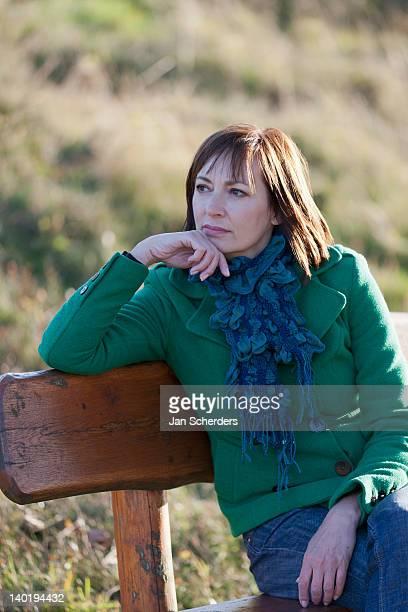 the netherlands, veluwezoom, posbank, portrait of mature woman on bench - posbank ストックフォトと画像