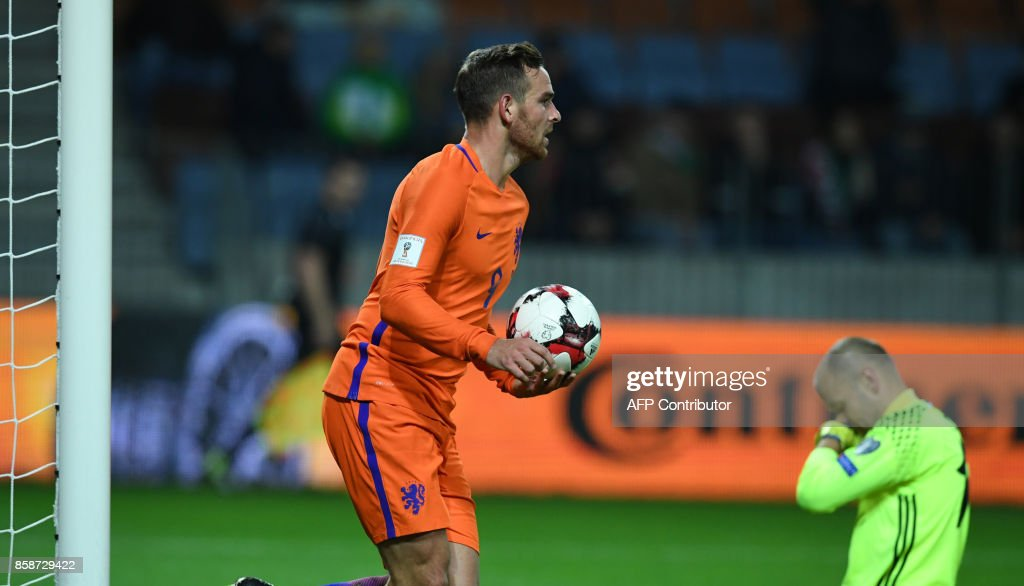 The Netherlands' Vincent Janssen grabs the ball after The Netherlands' Davy Propper scored a goal during the FIFA World Cup 2018 qualification football match between Belarus and the Netherlands in Borisov, outside Minsk, on October 7, 2017. / AFP PHOTO / Yuri KADOBNOV