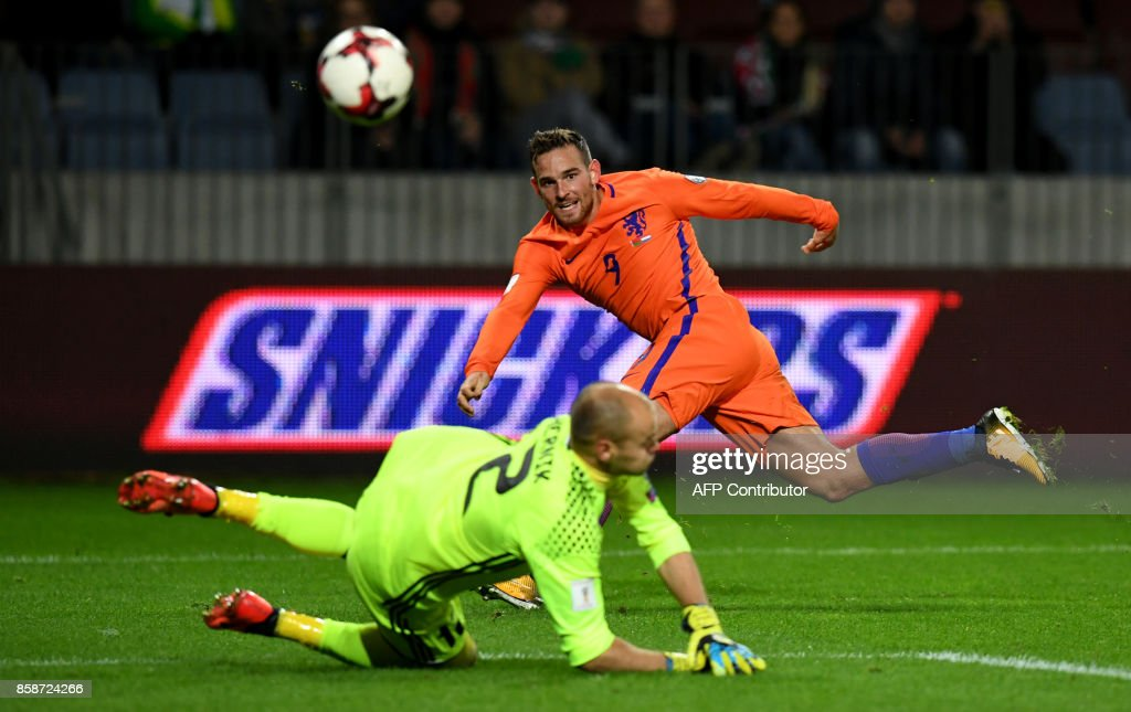 The Netherlands' Vincent Janssen shoots the ball during the FIFA World Cup 2018 qualification football match between Belarus and the Netherlands in Borisov, outside Minsk, on October 7, 2017. / AFP PHOTO / Yuri KADOBNOV