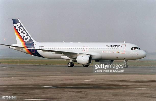 The new Airbus A320 airliner sits on the tarmac 22 February 1987 during his first test flight in Toulouse becoming the first aircraft to fly with...
