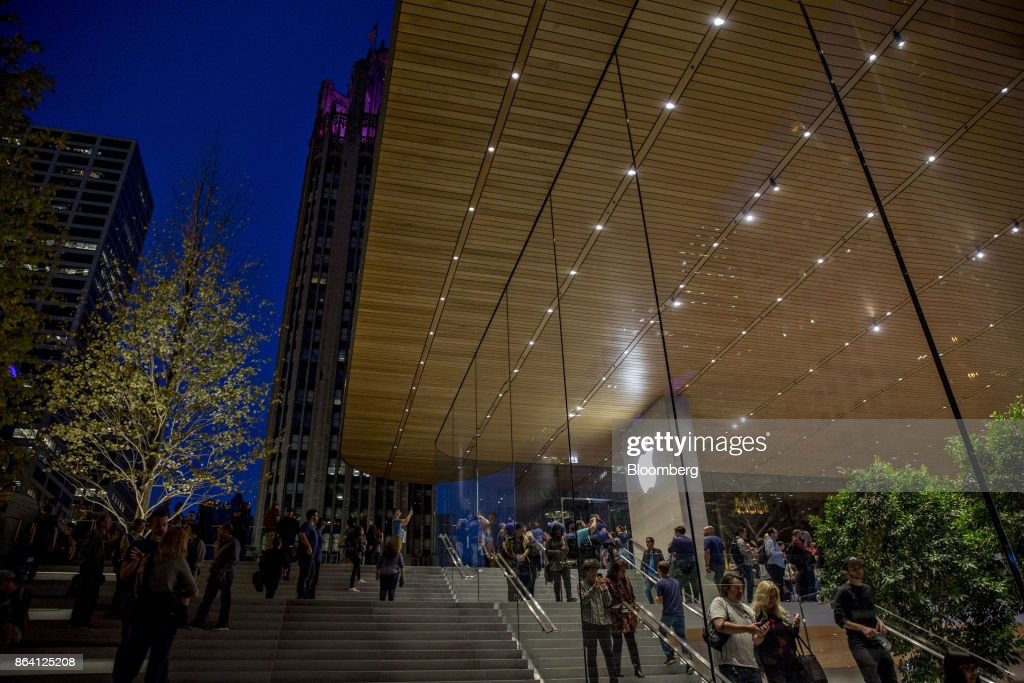 The new Apple Inc. Michigan Avenue store stands in Chicago, Illinois, U.S., on Friday, Oct. 20, 2017. The building features exterior walls made entirely of glass with four interior columns supporting a 111-by-98 foot carbon-fiber roof, designed to minimize the boundary between the city and the Chicago River. Photographer: Daniel Acker/Bloomberg via Getty Images
