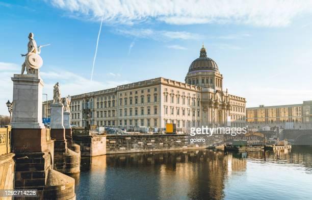 歴史的なベルリンミッテの新しい建造ベルリンシティ宮殿 - ベルリン王宮 ストックフォトと画像