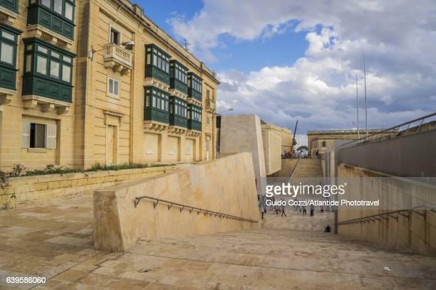 the new city gate and the parliament designed by renzo piano - porta cittadina foto e immagini stock