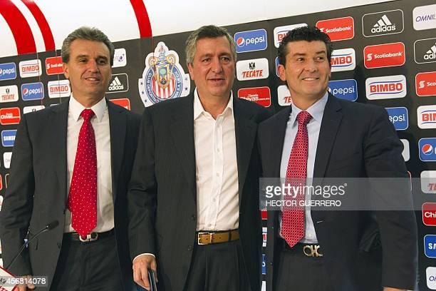 The new coach of Mexico's Chivas of Guadalajara Jose Manuel de la Torre poses with Chivas Sport president Nestor de la Torre and Chivas president...