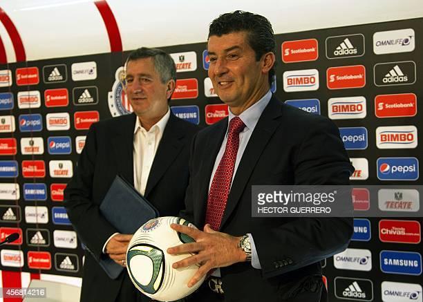 The new coach of Mexico's Chivas of Guadalajara Jose Manuel de la Torre poses next to Chivas president Jorge Vergara during his presentation in...
