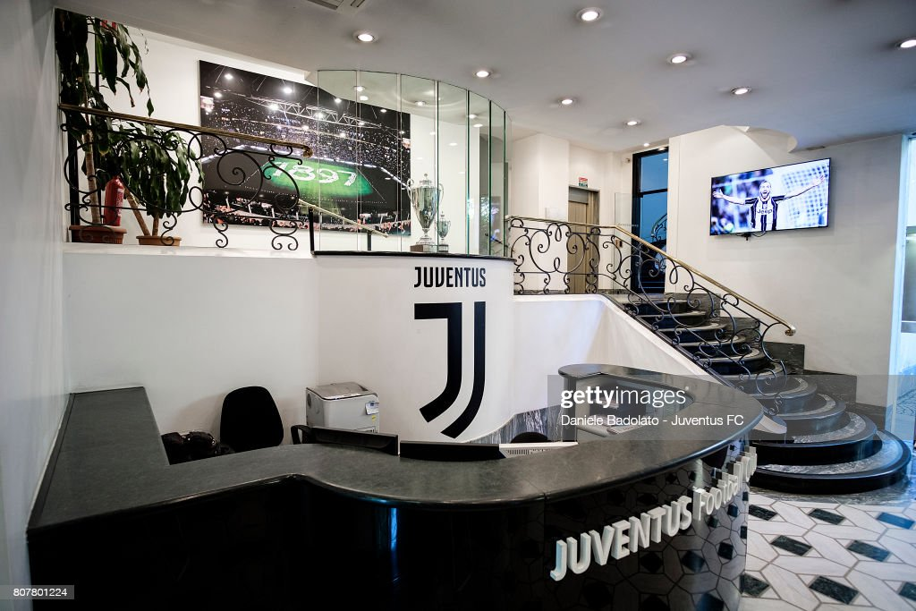 FC Juventus New Logo Is On Display At Club's Heahdquarters : ニュース写真