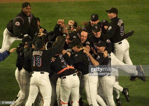 The New York Mets celebrate their win over the St Louis Cardinals in game five of the National League Championship Series 16 October 2000 at Shea...