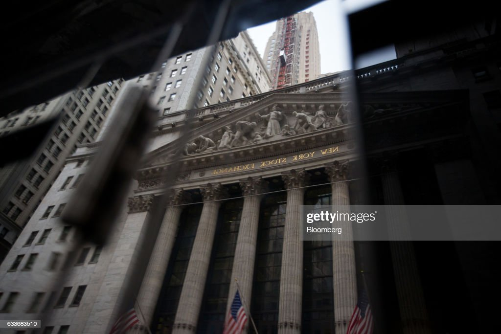 The New York Stock Exchange (NYSE) is reflected in the mirror of a door & Photos et images de Trading On The Floor Of The NYSE As U.S. ...