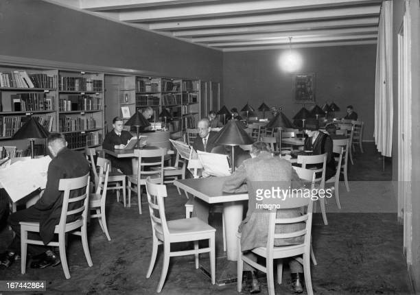 The new youth library of Berlin/Brunnenstraße View to the reading room for adults About 1935 Photograph Die neue Jugendbücherei der Stadt...