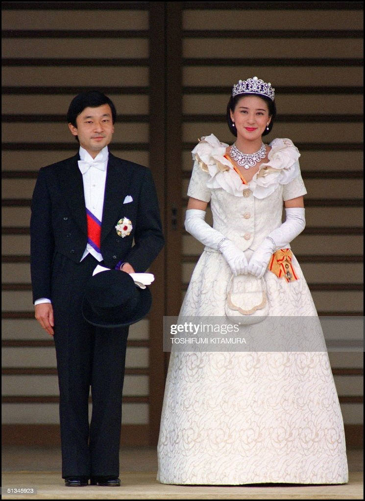 The newly wed Crown Prince Naruhito (L) and his wi : News Photo