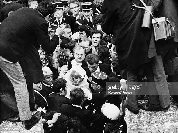 The newlyweds Johnny Hallyday and Sylvie Vartan and the impresario Johnny Stark in the middle of the crowd of their fans in Loconville France on...